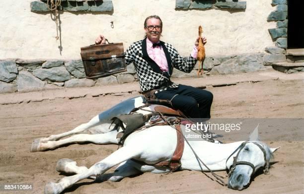 Boehm, Werner *- Entertainer, Saenger, D - Ganzkoerperaufnahme, als 'Gottlieb Wendehals' mimt er einen Revolverhelden in einer Westernstadt auf Gran...