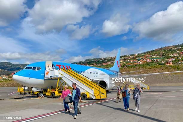 """tui boeing 737 vliegtuig op het asfalt bij luchthaven cristiano ronaldo op eiland madeira, portugal - """"sjoerd van der wal"""" or """"sjo"""" stockfoto's en -beelden"""