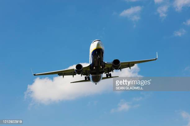 boeing 737 airplane with landing gear - aeroplane stock pictures, royalty-free photos & images