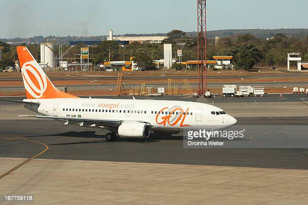 CONTENT] Boeing 737 Gol Airlines taxiing in Brasilia International Airport Boeing 737800 da Gol Linhas Aéreas taxiando no aeroporto internacional de...