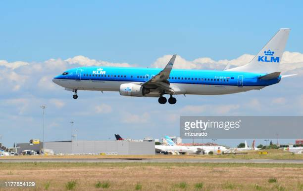 boeing 737 ng (next generation), klm aircraft landing at lisbon airport, lisbon, portugal - boeing 737 800 stock pictures, royalty-free photos & images