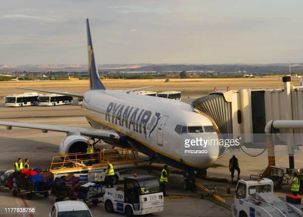 boeing 737 ng (next generation), ryanair-flugzeug verladen gepäck, flughafen lissabon, lissabon, portugal - erschwinglich stock-fotos und bilder