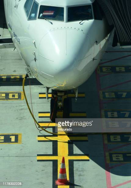 boeing 737 ng (next generation), turkish airlines boeing 737-800, terminal 1, lisbon airport, lisbon, portugal - boeing 737 800 stock pictures, royalty-free photos & images