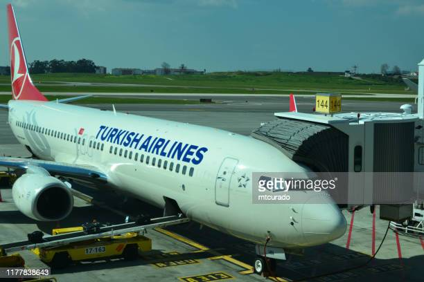 boeing 737 ng (next generation), turkish airlines, terminal 1, lisbon airport, lisbon, portugal - boeing 737 800 stock pictures, royalty-free photos & images