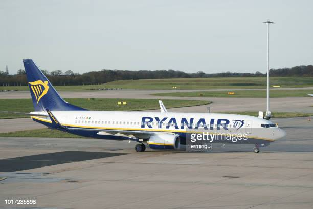 boeing 737-8as - ryanair reg. ei-fzv - stansted airport stock pictures, royalty-free photos & images