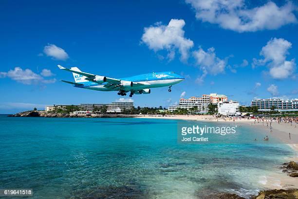 klm boeing 747 landing on st. maarten - sint maarten stockfoto's en -beelden