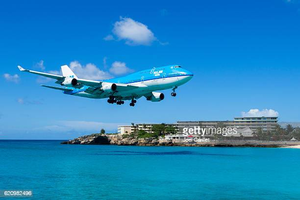 klm boeing 747 landing on st. maarten - sint maarten caraïbisch eiland stockfoto's en -beelden