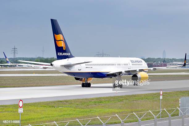 boeing 757-200 icelandair - boeing 757 200 stock pictures, royalty-free photos & images