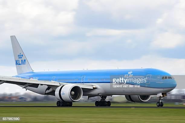 """klm boeing 777 airplane at the airfield - """"sjoerd van der wal"""" stockfoto's en -beelden"""