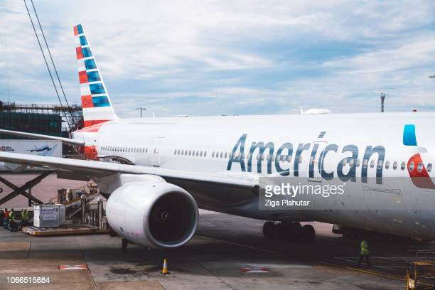 boeing 777 at heathrow airport - american airlines stock pictures, royalty-free photos & images