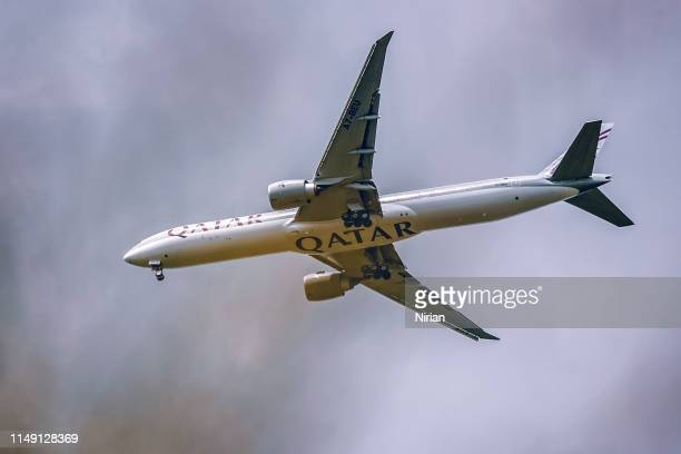 boeing 777 of qatar airways - qatar airways a stock pictures, royalty-free photos & images