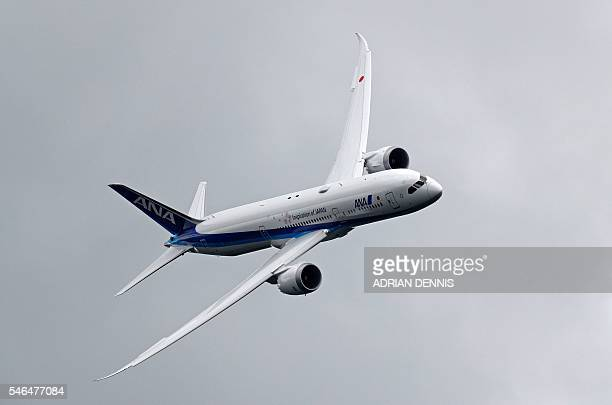 Boeing 787 Dreamliner takes part in a flying display at the Farnborough Airshow south west of London on July 12 2016 / AFP / ADRIAN DENNIS
