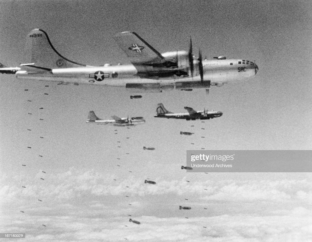 B-29S Dropping Bombs : Fotografía de noticias