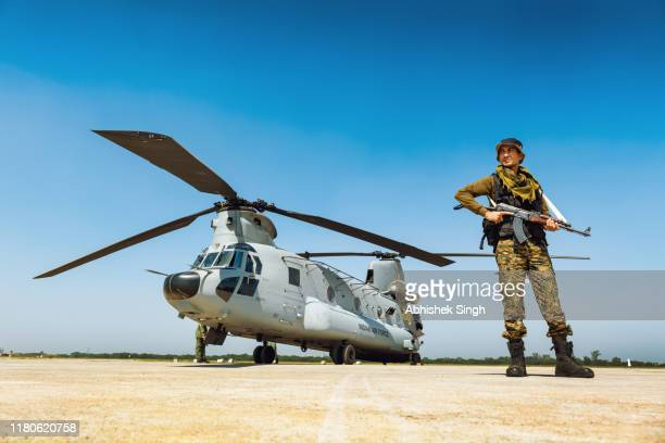boeing ch-47f chinook of the indian air force - illuminati fotografías e imágenes de stock