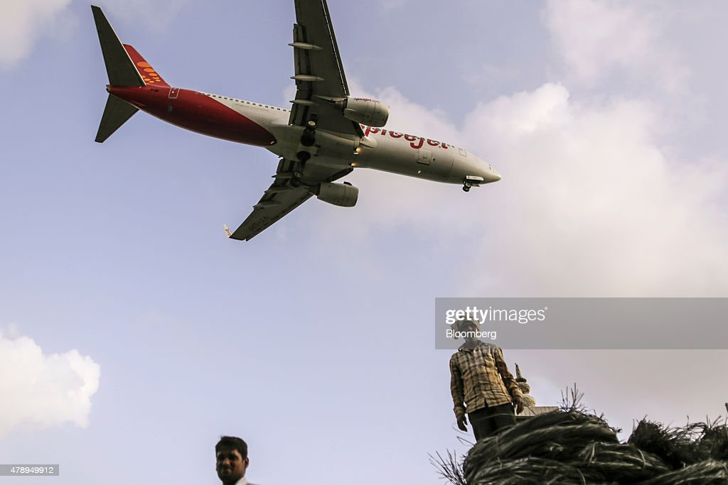 A Boeing Co. 737 aircraft operated by SpiceJet Ltd. approaches to land at Chhatrapati Shivaji International Airport in Mumbai, India, on Saturday, June 27, 2015. Spice Jet is India's fourth biggest airline by market share according to the Indian Aviation Ministry. Photographer: Dhiraj Singh/Bloomberg via Getty Images
