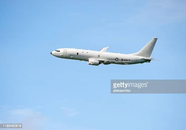 青空のボーイングp-8ポセイドン軍偵察機 - ポセイドン ストックフォトと画像