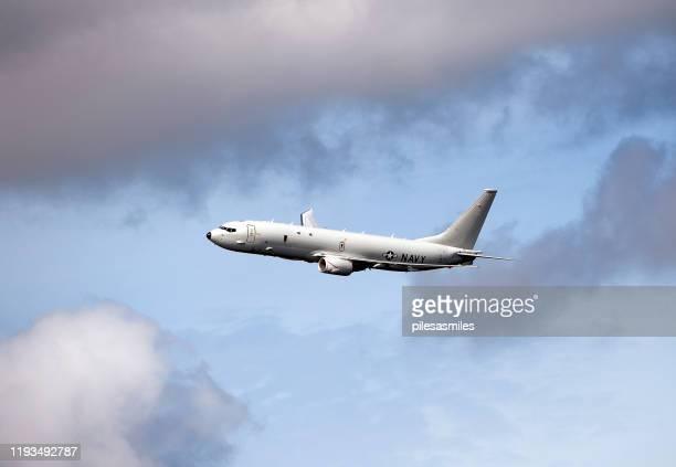 ●機ボーイングp-8ポセイドン軍偵察機が乱れた空に - ポセイドン ストックフォトと画像