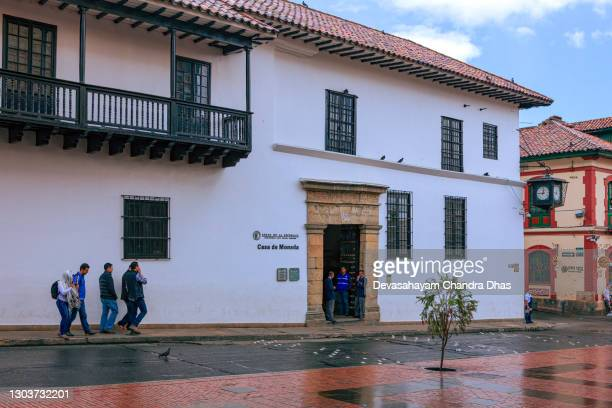 bogoté colombia - blick über die calle 11 in la candelaria in richtung eingang zur casa de moneda. spanische kolonialarchitektur und ein wenig regen. - casa stock-fotos und bilder