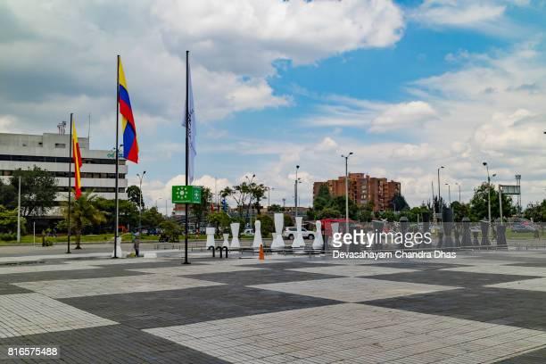 bogotá, colombia - mirando a través de la plazoletta cerca del centro comercial gran estación a la avenida el dorado - bandera colombiana fotografías e imágenes de stock