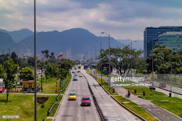 bogotá, colombia - en busca de una pasarela peatonal sobre la avenida el dorado hacia el centro de la ciudad en la capital andina - bandera colombiana fotografías e imágenes de stock