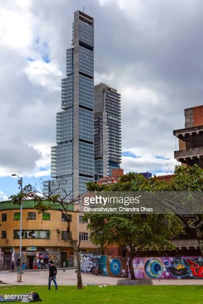 Bogotá, Colombia - Looking Skywards à The Tallest bâtiment dans le pays, la BD Bacatá, depuis le Parque de los Periodistas In The Andes Capital City