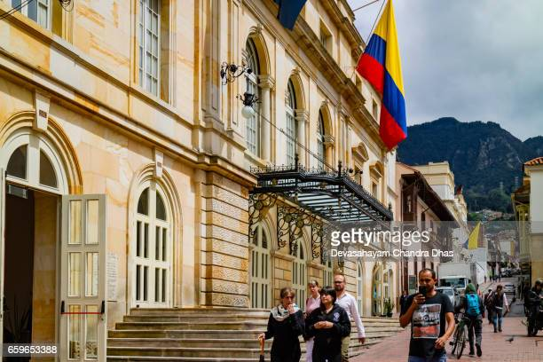 bogotá, colombia - buscando una de las calles estrechas de la candelaria, el centro histórico de la ciudad capital. - bandera colombiana fotografías e imágenes de stock