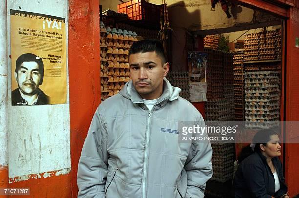 Loudwind Arizmendi posa junto al afiche de su padre el 28 de mayo de 2006 en la ciudad de Bogota Colombia durante el desarrollo de la eleccion...