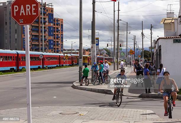 Bogotá, Kolumbien: Beobachten Sie die Menschen tourist train Ausziehbett durch Carrera Novena