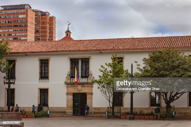 bogotá, colombia - universidad del rosario en 1653 - bandera colombiana fotografías e imágenes de stock