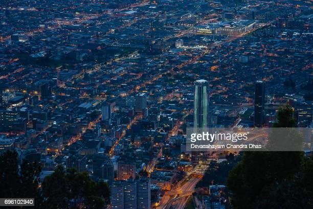 Bogota, Kolumbien - Aussicht auf die Innenstadt von Monserrate nach Sonnenuntergang; Straßenbeleuchtung und Licht Trails