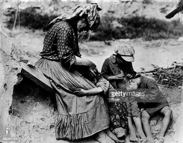 Bohemian family of origin hungarian delousing itself 1928 BOY17701