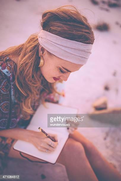 Boho Menina escrevendo no seu diário na natureza