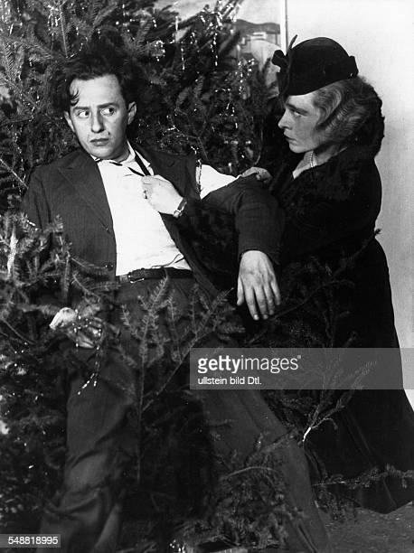 Bois Curt * actor Germany with actress Kaethe Haack in the sketch 'Trautes Heim Glueck allein' cabaret 'Kabarett der Komiker' Berlin 1932 Published...