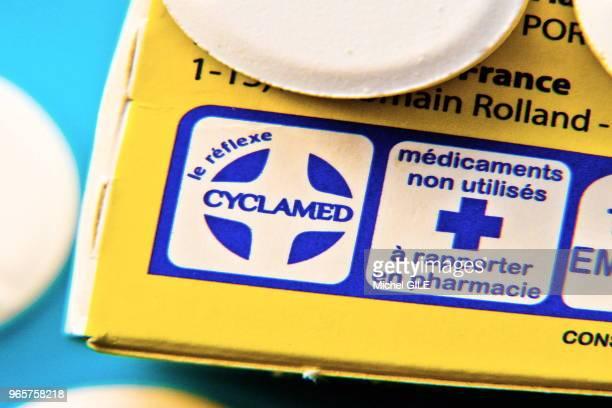 Boite de medicaments avec l'inscription ''le reflexe cyclamed médicaments non utilisés à rapporter en pharmacie'' 15 Janvier 2016 France