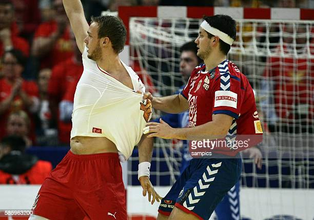 Bojan BELJANSKI zieht Henrik TOFT HANSEN am Trikot Handball Männer Europameisterschaft Spiel Finale : Serbien - Dänemark Handball european...