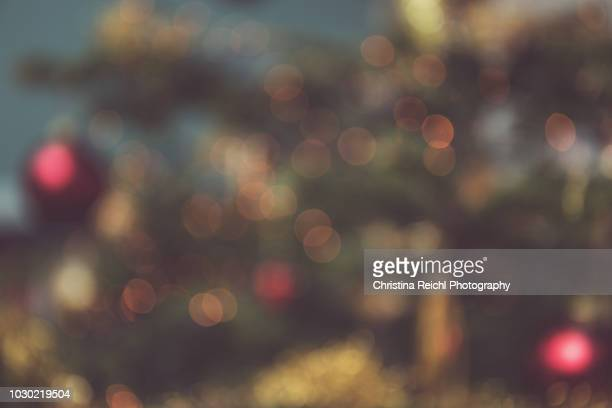 bokeh image of christmas tree - bildhintergrund stock-fotos und bilder