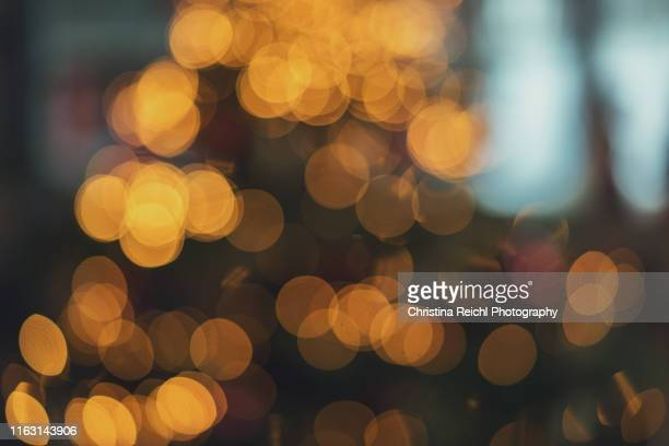 bokeh image of christmas tree - unscharf gestellt stock-fotos und bilder