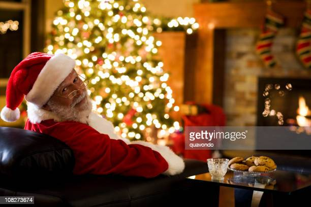 Árvore de Natal de luzes de Bokeh com Santa Claus, espaço para texto