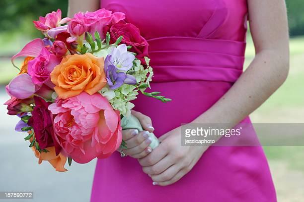 大胆な花嫁は、ウェディングのブーケ - purple roses bouquet ストックフォトと画像