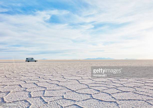 bolivia, salar de uyuni, camper on salt lake - ウユニ塩湖 ストックフォトと画像