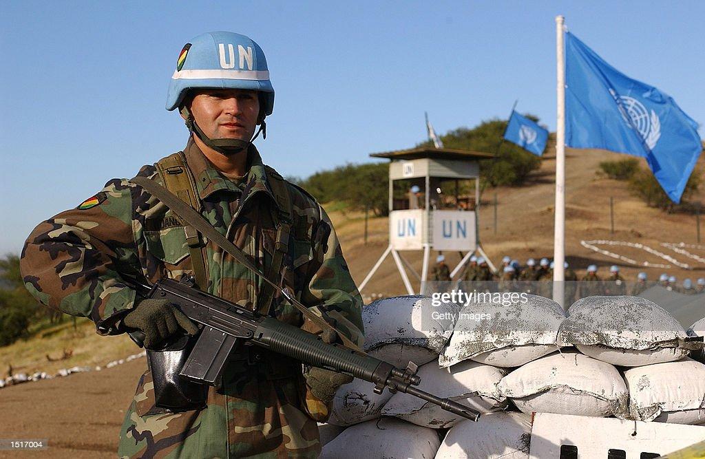 استراتيجية مواجهة التفوق الجوي – الاستراتيجية العسكرية Bolivian-army-2nd-lieutenant-mauricio-vidangos-stands-guard-at-the-picture-id1517004