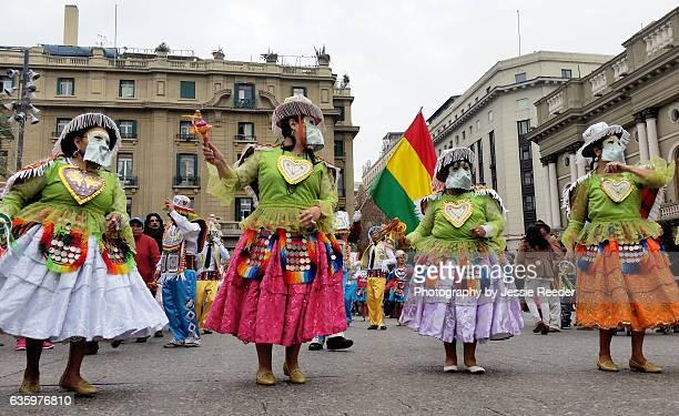 bolivian cultural heritage parade in santiago, chile - bandera boliviana fotografías e imágenes de stock