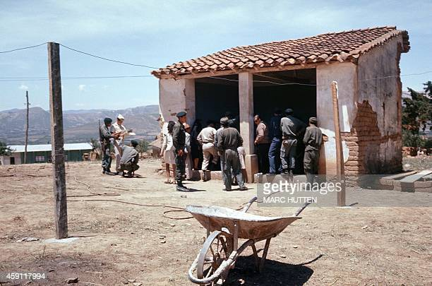 Bolivian soldiers surround the makeshift morgue where the body of Ernesto Che Guevara the Argentineborn hero of Latin American revolutionaries and...