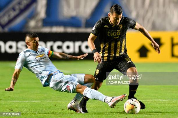 Bolivia's Bolivar defender Juan Carlos Arce and Paraguay's Guarani forward Edgar Benitez vie for the ball during their closed-door Copa Libertadores...