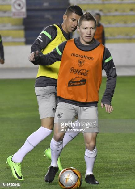 Bolivia's footballers Alejandro Chumacero and Juan Carlos Arze take part in a training on September 1 2017 at the Hernando Siles stadium in La Paz...