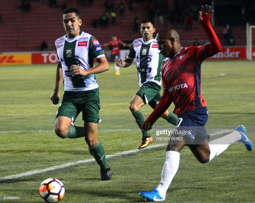 Bolivia's Oriente Petrolero player Luis Fernando Haquin (L) vies for the ball with Serginho of Bolivia's Wilstermann during their Copa Libertadores football match at Patria Stadium, in Sucre, Bolivia on February 8, 2018. /