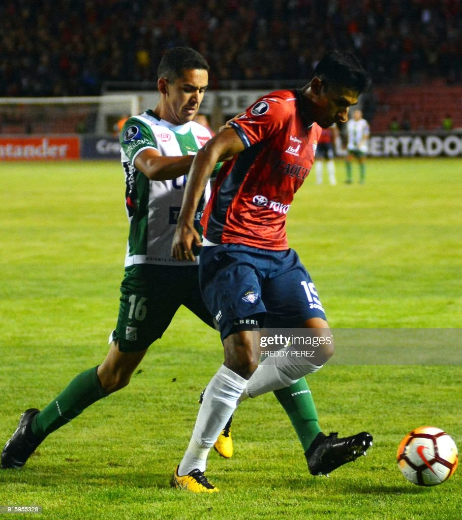 Bolivia's Oriente Petrolero player Luis Fernando Haquin (L) vies for the ball with Bolivia's Wilstermann player Gilbert Alvarez during their Copa Libertadores football match at Patria Stadium, in Sucre, Bolivia, on February 8, 2018. /