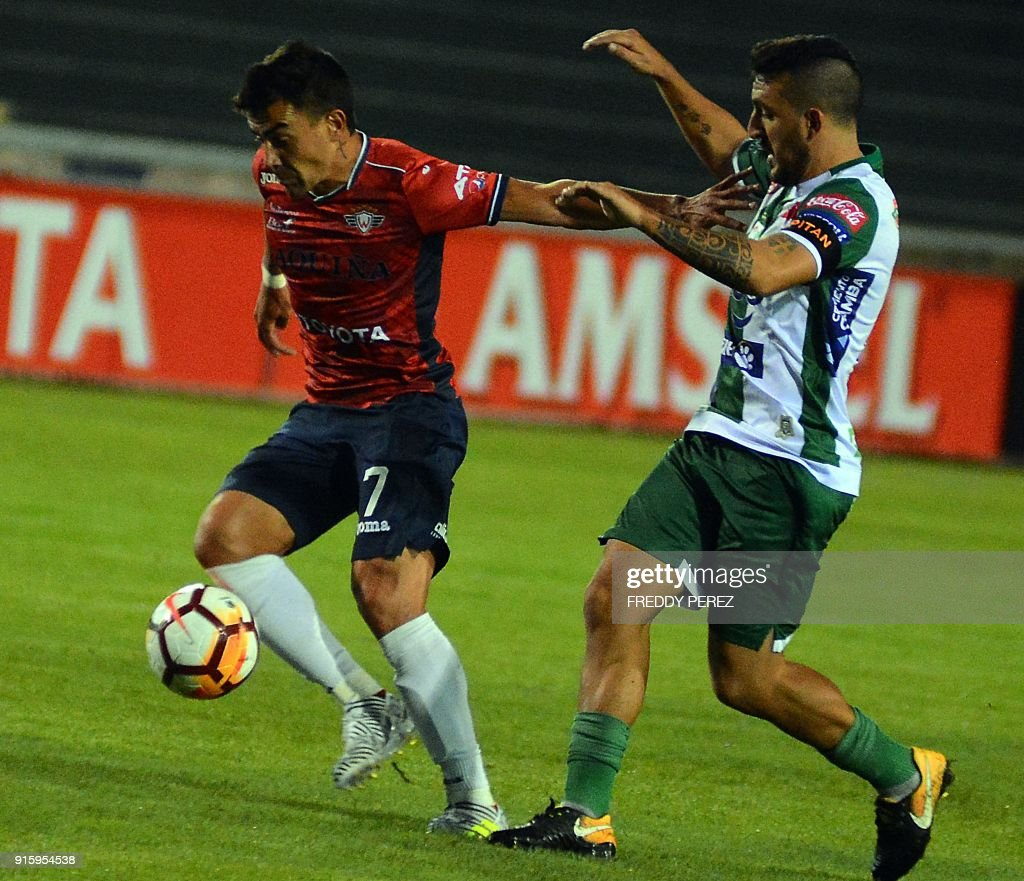 Bolivia's Oriente Petrolero player Marcel Roman (R) vies for the ball with Bolivia's Wilstermann player Marcelo Bergese during their Copa Libertadores football match at Patria Stadium, in Sucre, Bolivia on February 8, 2018. /