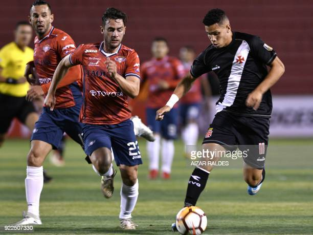 Bolivia's Wilstermann players Fernando Saucedo and Alejandro Melean vie for the ball with Paulinho of Brazil's Vasco Da Gama during their Copa...