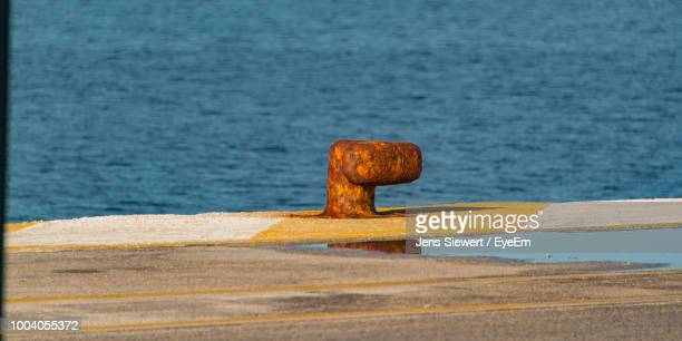 bollard at harbor - jens siewert stock-fotos und bilder